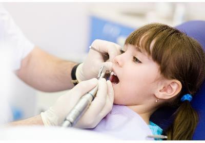 چه زمانی باید برای اولین بار کودک را به دندان پزشکی ببریم ؟