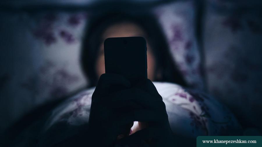 تقریبا یک ساعت قبل از خواب تمام صفحه های موبایل، تلویزیون، لپ تاپ را خاموش کنید:
